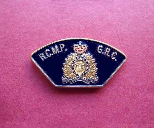 BADGE - Canada - FED - RCMP Royal Canadian Mounted Police lapel badge patch1